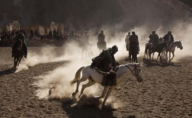 Afegãos disputaram em janeiro de 2011 jogo de buzkashi na província de Panjshir. A competição lembra um pouco o polo, mas, ao invés de uma bolinha, o que os participantes tentam levar até o gol adversário, usando a força dos braços, é o corpo de um bode morto. (Foto: Ahmad Masood/Reuters)