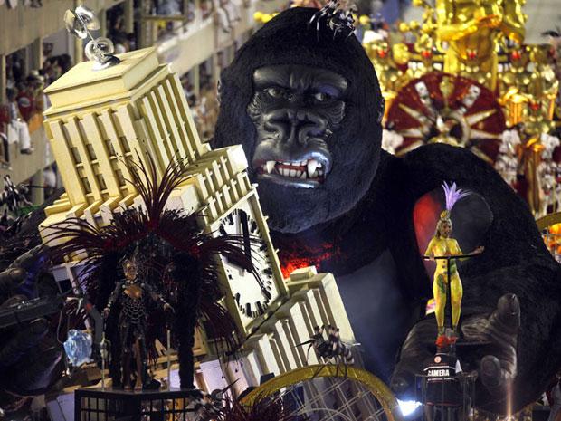 Alegoria trouxe um enorme King Kong na torre da Central do Brasil (Foto: AP)