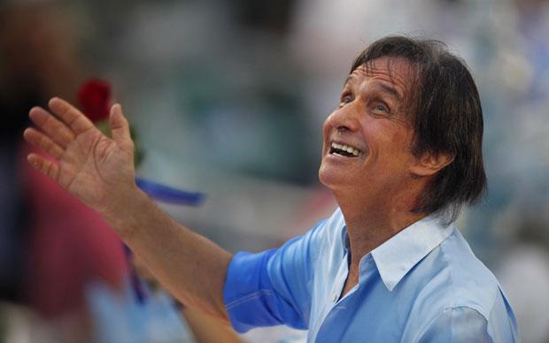 Roberto Carlos se emocionou durante o desfile em carro da Beija-Flor (Foto: Felipe Dana/AP)
