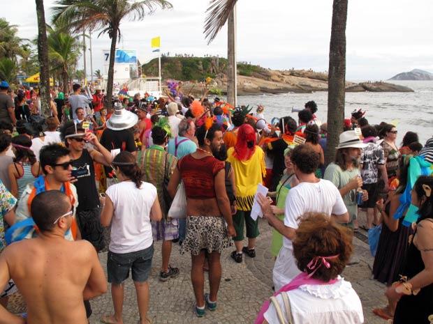 O bloco Vade Retro Abacaxi em seu desfile de ré, vindo da Pedra do Arpoador (ao fundo) (Foto: Bernardo Tabak/G1)