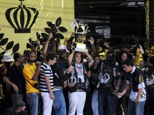 Diretoria da Vai-Vai ergue a taça de campeã do carnaval 2011 (Foto: Raul Zito/G1)