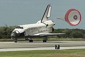 Discovery momentos após o pouso, no Centro Espacial Kennedy, na Flórida (Foto: Reprodução/Nasa TV)