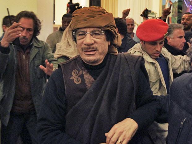 Kadhafi chega a hotel para conceder entrevistas em Trípoli, nesta terça (8) (Foto: Ben Curtis/AP)