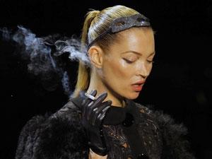 A modelo Kate Moss caminha com um cigarro na mão durante desfile da coleção assinada por Marc Jacobs para a Louis Vuitton, nesta quarta (9), em Paris (Foto: AP)