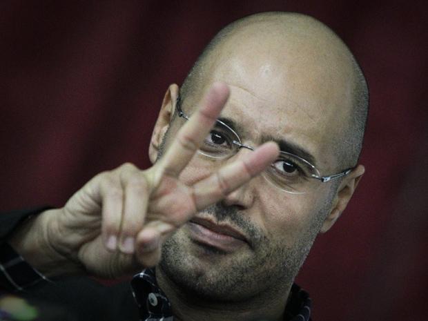 Saif al-Islam, filho de Kadhafi, durante encontro com aliados e jornalistas nesta quinta-feira (10) em Trípoli (Foto: AP)