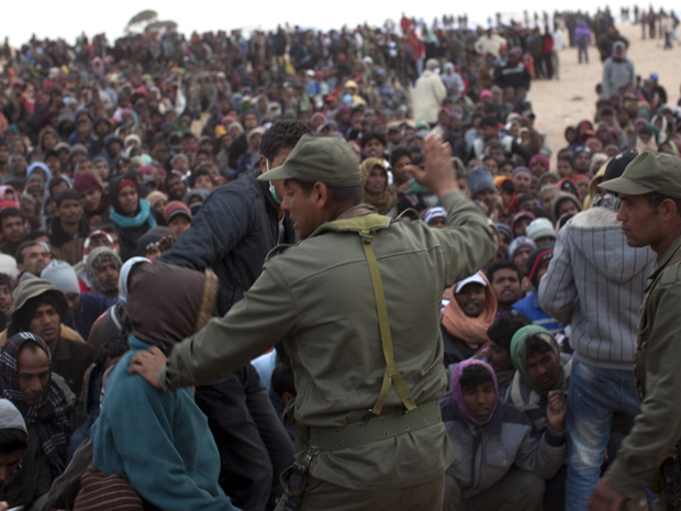 Trabalhadores de Bangladesh fugidos da Líbia esperam em campo de refugiados em Ras Ajdir, na Tunísia, nesta quinta-feira (10) (Foto: AP)