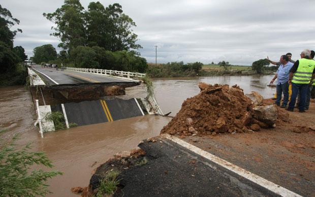 Chuva derrubou cabeceira de ponte em rodovia que liga São Lourenço do Sul a Turuçu (Foto: Carlos Queiroz/Agência Freelancer)