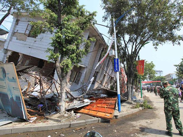 Casa abalada pelo tremor em Yingjiang, na província de Yunnan (Foto: AP)