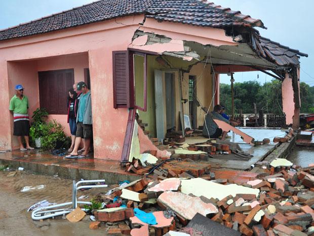 Casa destruída pela chuva forte em São Lourenço do Sul (RS) (Foto: Agência RBS)