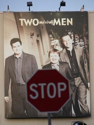Cartaz da série 'Two and a half men' dentro do estúdio Warner, na Califórnia.  (Foto: AP)