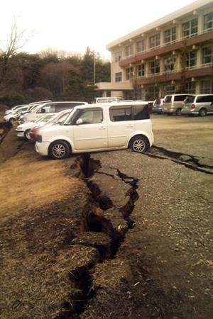 Carros em estrada danificada pelo tremor na cidade de Yabuki nesta sexta-feira (11) (Foto: AFP)