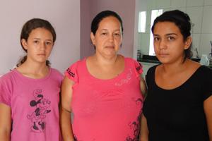 Cleide Vaz, ao centro, com a filhas Amanda e Brenda. Elas e o chefe da casa, que moram no bairro Céu Azul, também pegaram dengue. (Foto: Alex Araújo/G1)