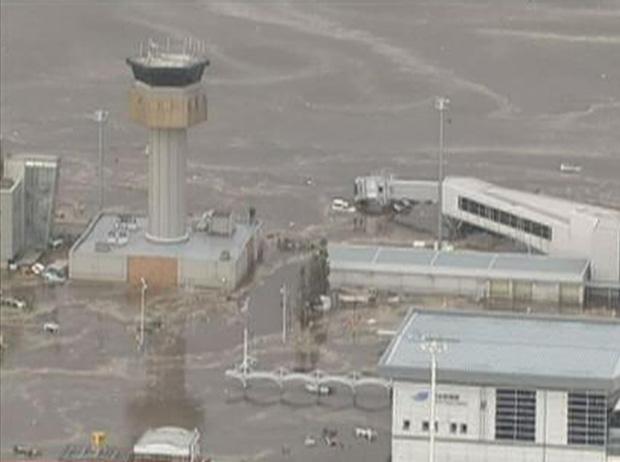 Aeroporto ficou coberto de água (Foto: Reuters)