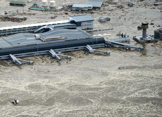Terminal de Sendai ficou isolado pela água (Foto: Reuters)