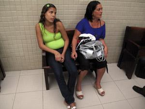 Mãe e avó de bebê que teve a perna amputada (Foto: Aluizio Freire/G1)