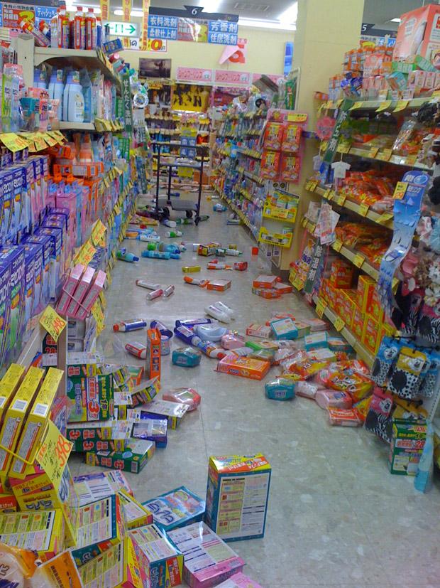 Mercado com produtos caídos (Foto: Thais Mori/Vc no G1)