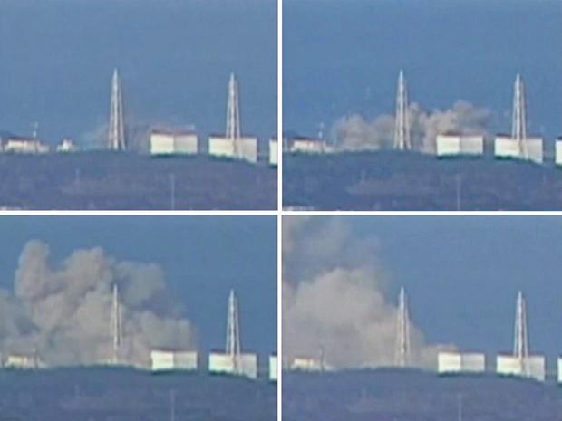 Montagem com imagens da TV pública japonesa mostra fumaça erguendo-se da usina nuclear em Okumamachi, Fukushima, neste sá