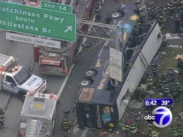 Vídeo da TV ABC mostra o ônibus acidentado neste sábado (12) no Bronx (Foto: AP)