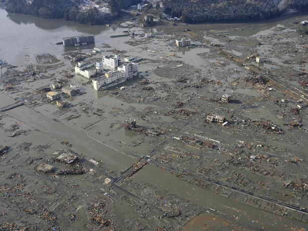Imagem aérea da cidade portuária de Minamisanriku, coberta de lama após a passagem do tsunami, neste sábado (12) (Foto: AP)