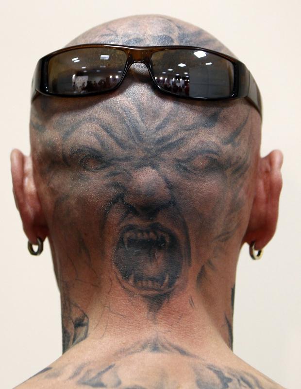 Homem mostra tatuagem durante festival em Budapeste, na Hungria. A imagem é do fotógrafo Laszlo Balogh (Foto: Reuters)
