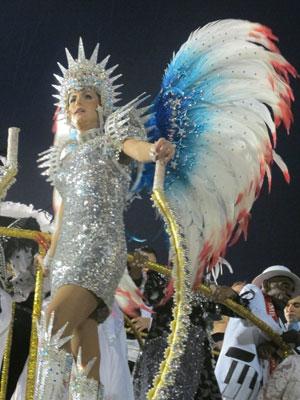 Ana Hickmann participou do desfile da Vai-Vai do alto de um dos carros da escola campeã do carnaval de São Paulo (Foto: Carolina Iskandarian/G1)