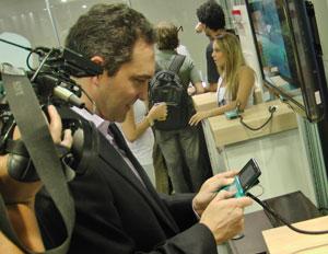 Mark Wentley, da Nintendo, mostra o Nintendo 3DS aos brasileiros (Foto: Gustavo Petró/G1)