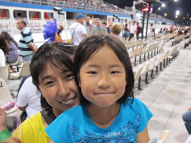 A dona de casa Junko e a filha Kazuo, que assistiam ao desfile na sexta  (Foto: Roney Domingos/ G1)