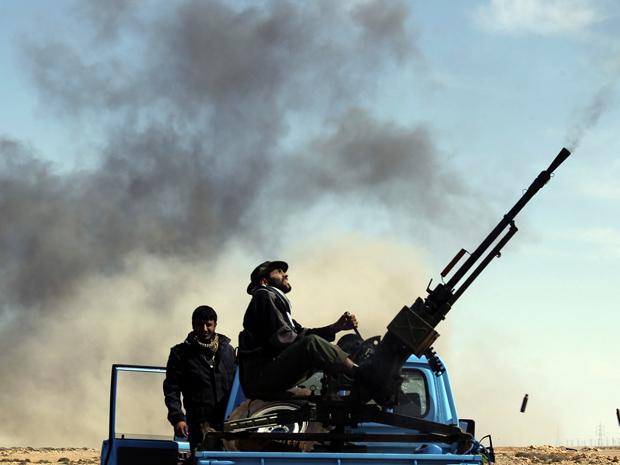 Rebeldes em posto entre as cidades líbias de Brega e de Ras Lanuf neste sábado (12) (Foto: Reuters)