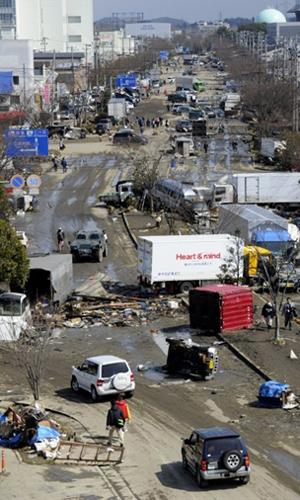 Destroços em rua afetada pelo terremoto na cidade de Tagajo, na prefeitura de Miyagi, neste domingo (13) (Foto: AFP)