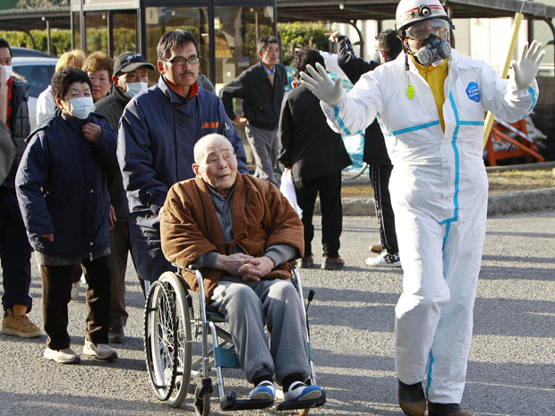 Moradores formam fila para medição de índice de radiação neste domingo (13) em Koriyama, Fukushima (Foto: AP)