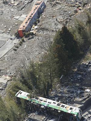 Trens virados pela passagem do tsunami pela cidade de Onagawa, na prefeitura de Miyagi, no Japão (Foto: AFP)
