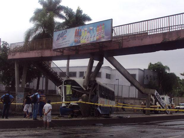 Acidente ônibus Avenida Brasil (Foto: Eleny Alves / G1)