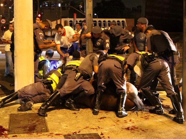 Um policial militar e seu cavalo ficaram feridos após serem atropelados no final da noite deste sábado na Avenida Tiradentes, em Santana, Zona Norte de São Paulo. Segundo a PM, o policial continua internado em estado grave no Hospital das Clínicas na manhã deste domingo (13). O cavalo, que também teve graves ferimentos, poderá ser sacrificado. O motorista do veículo saiu ileso. (Foto: Luiz Guarnieri/Futura Press)