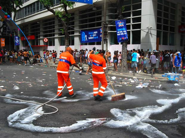 Garis limpam lixo deixado pelo Monobloco (Foto: Divulgação/Comlurb)