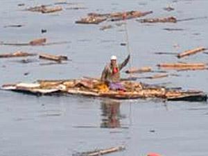 Homem sobrevive por dois dias agarrado a pedaço de telhado após tsunami no Japão (Foto: AP/Ministério da Defesa)
