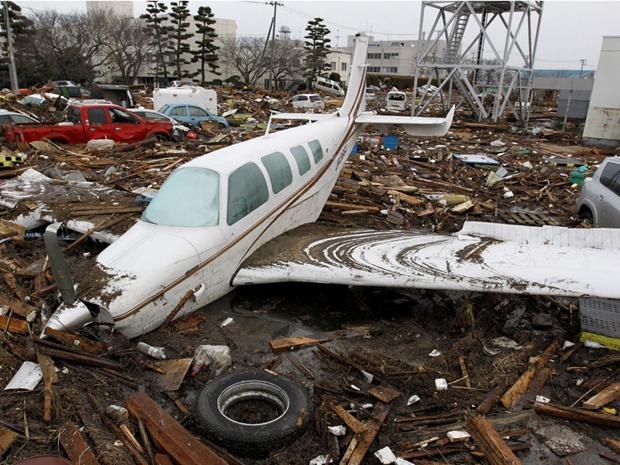 Aeroporto de Sendai, tomado por destroços de carros e avião, é o único ainda fechado (Foto: Reuters)