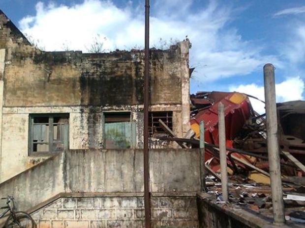 Antiga estação ferroviária fica destruída após ser atingida por trem (Foto: Rodrigo Mansil/TV Tem)