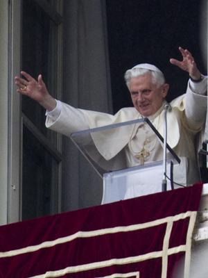 O papa Bento XVI no Vaticano, neste domingo (13) (Foto: AP)