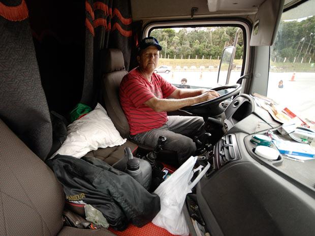 Lari Paulo Weis está parado há seis dias. Primeiro no Mato Grosso, depois no Paraná - nos dois casos por causa dos estragos das chuvas (Foto: Vinícius Sgarbe/G1 PR)