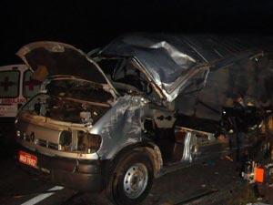 Acidente entre van e caminhão deixou seis mortos em Goiás (Foto: Divulgação/PRF)