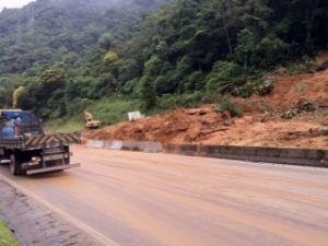 No km 670,  barreira de três metros caiu nesta segunda-feira (14). (Foto: Bibiana Dionísio/ G1)
