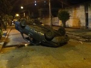 Carro foi tombado por moradores revoltados no Morro dos Macacos (Foto: E. Russo/Vc no G1)
