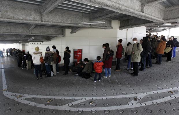 Pessoas aguardam na fila para comprar comida em supermercado em Sendai (Foto: Jo Yong-Hak/Reuters)