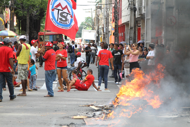Trabalhadores sem-teto protestam no Recife (Foto: Guga Matos/JC Imagem/AE)