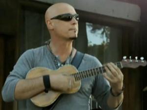 """O guitarrista Jimmy Stafford no clipe de """"Hey, soul sister"""" (Foto: Reprodução)"""