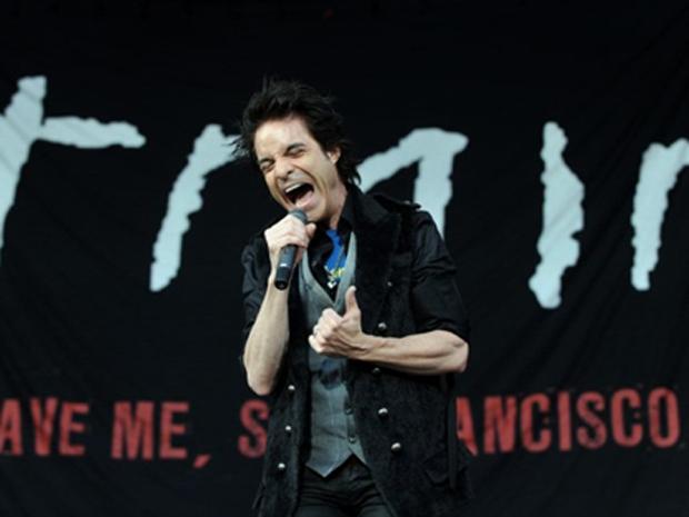 O vocalista do Train, Patrick Monahan, em show na Colômbia no dia 12 de março (Foto: AFP)