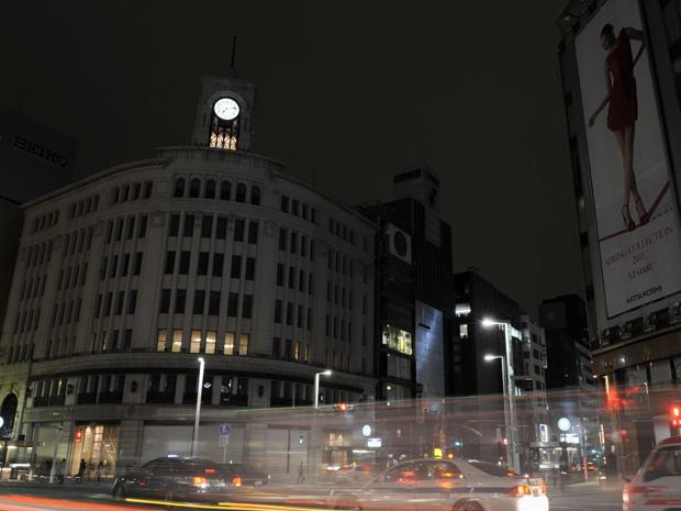 Ruas de Tóquio com iluminação reduzida na noite desta terça-feira (15) (Foto: AP)
