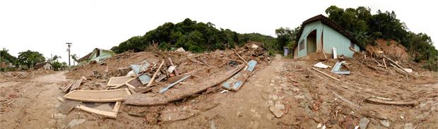Lama cobre a maior parte de Antonina, no litoral do Paraná (Foto: Vinícius Sgarbe)