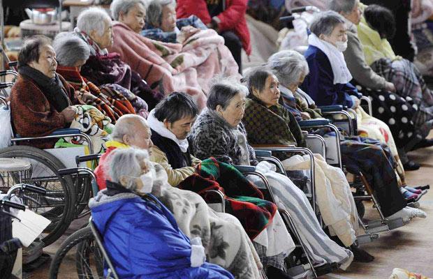 Idosos em cadeira de rodas descansam em abrigo em Kesennuma (Foto: AP)