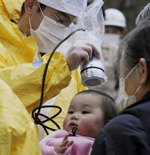 Criança passa por teste de radiação em Nihonmatsu, Fukushima Prefecture (Foto: Reuters)